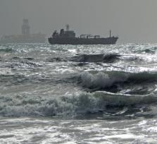 Прилив и бурное море
