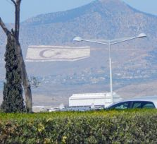 Парламент отверг предложение Пердикиса убрать гигантский флаг с горного склона