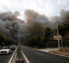 Из-за огромного лесного пожара в Греции под угрозой авиасообщение Кипра с Афинами