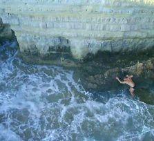 Прыгнувшего со скалы в море пришлось спасать с вертолетом