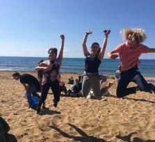 Взрослые и подростки очистили от мусора два пляжа в Пафосе (19 фото)