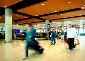 Багажная лента аэропорта Ларнаки стала импровизированной сценой (видео)