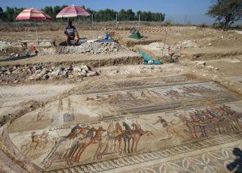 Редкую мозаику с древними колесницами доводят до совершенства