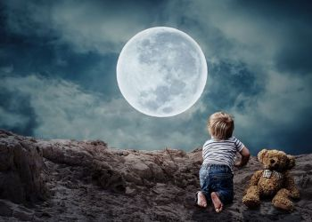 По деревне Эмба бродил поздно вечером двухлетний малыш