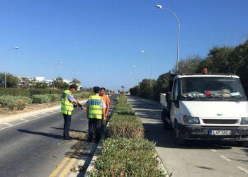 В Ларнаке машина сбила двух муниципальных рабочих