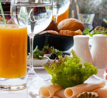 Жителям Кипра запретили отдыхать в отелях острова